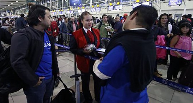 Chile union delivers food to airport workers in LATAM protest